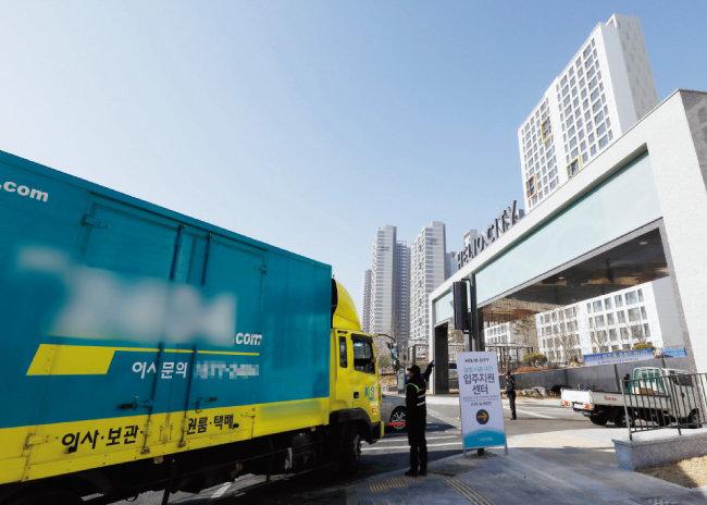 지난해 12월 31일 서울 송파구 '헬리오시티'에 이삿짐업체 차량이 드나들고 있다. 미니신도시급 단지인 '헬리오시티'는 4월 1일까지 입주가 이뤄질 예정이다. [뉴시스]