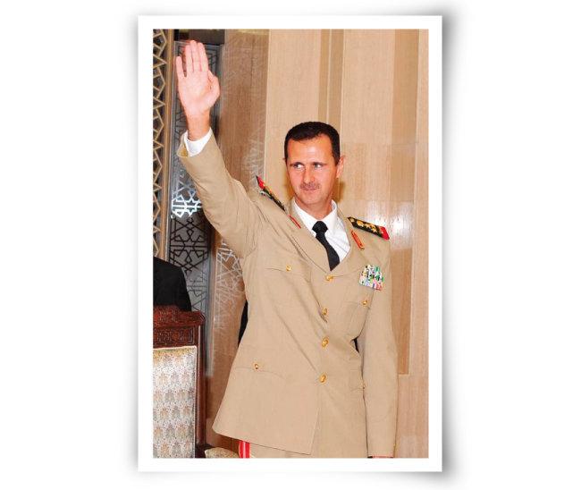 바샤르 알아사드 시리아 대통령이 군복을 입은 채 손들어 보이고 있다. [시리안프리프레스]