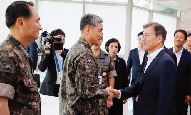 2017년 8월 28일 국방부 및 국가보훈처 핵심정책토론회에서 문재인 대통령을 만난 김용우 육군참모총장(가운데). 그리고 얼마 뒤 그는 인사수석실 행정관을 만났다. [동아DB]