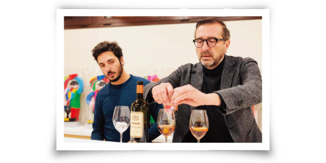피에몬테주 바바와이너리 경영자 로베르토 바바가 코키 베르무트로 직접 칵테일을 만들어 보이고 있다. [사진 제공 · 김상미]