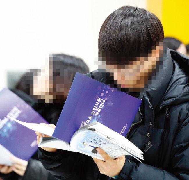 1월 9일 서울 서초구 양재동 aT센터에서 열린 '2019 공공기관 채용정보 박람회'에서 구직자들이 채용안내서를 살펴보고 있다. [동아일보]