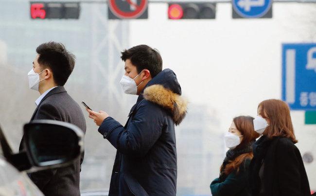 서울 종로구 세종대로 사거리에서 직장인들이 마스크를 착용한 채 출근하고 있다. [동아일보]
