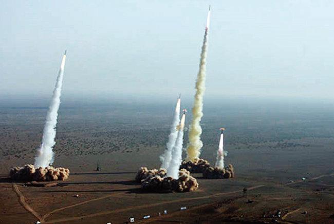 이란이 각종 탄도미사일을 동시에 시험발사하고 있다. [이란 파르스 통신]