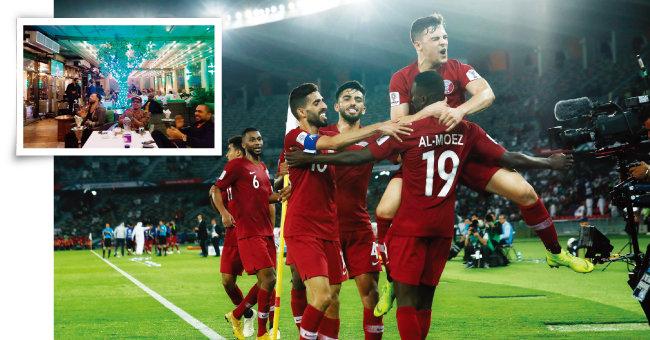 1월 17일 카타르 도하의 레바논 식당 '알 다라완디'에서 '2019 아시안컵' E조 예선 카타르와 사우디전을 대형TV로 관람하는 중동 사람들(왼쪽).이 경기에서 첫 골을 넣은 카타르 공격수 알 모에즈 알리(등번호 19번)가 동료들과 포옹하며 기쁨을 나누고 있다. [이세형 동아일보 기자, AP=뉴시스]