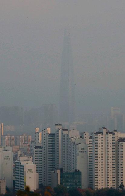 겨울이면 하루가 멀다하고 미세먼지로 뒤덮인다. 멀리 서울 송파구 롯데타워가 미세먼지에 가려 희미하게 비친다. [뉴시스]