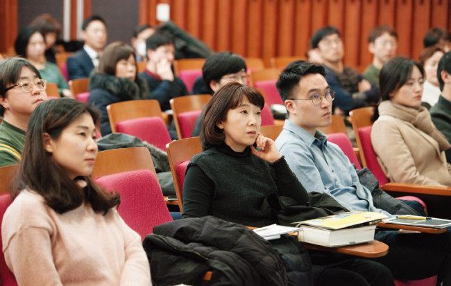 1월 26일 '주간동아 투자특강'에 참석한 수강생들이 강사의 얘기를 경청하고 있다. [홍태식]