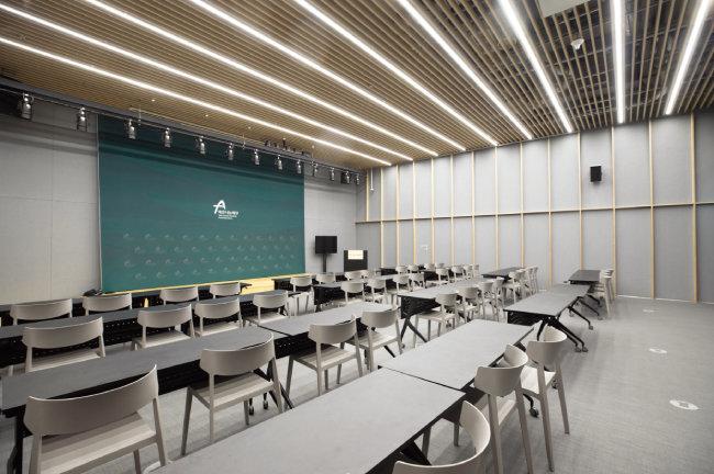 지하 2층의 다목적 강의실. 방음장치와 특수조명이 설치됐으며 최대 80명까지 수용이 가능하다.[지호영 기자]
