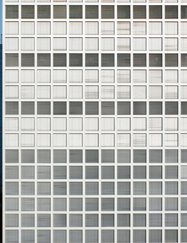 '외부 베네시안 블리안드(EVB)'가 장착된 아산나눔재단 사옥의 격자형 창호. 2~3층 주차장의 블라인드는 내려져 있고 나머지 층은 옥상에 설치된 센서에 의해 블라인드가 작동되지만 각 층마다 수동조작도 가능하다. [사진 제공 · 노경]