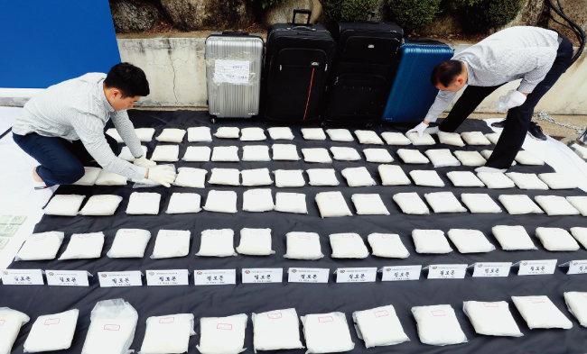 마약조직의 필로폰 국내 밀반입 시도는 계속되고 있다. 지난해 10월 경찰이 국내외 마약조직을 검거하면서 나사제조기 속에 숨긴 3000억 원 상당의 필로폰 90kg을 압수했다. [뉴스1]