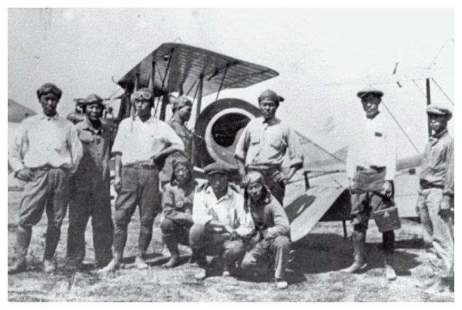 윌로스 비행학교에서 훈련을 받는 학생들이 1920년 태극기가 선명한 비행기 앞에서 사진을 찍었다. 비행학교는 1921년 재정적 문제로 문을 닫았다. [대한인국민회기념재단 홈페이지]