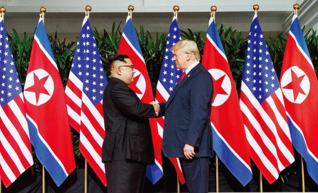지난해 6월 싱가포르에서 만난 도널드 트럼프 미국 대통령과 김정은 북한 국무위원장. 2차 북·미 정상회담에서는 북한 비핵화를 전제로 북·미 종전선언이 합의될 수 있다. [뉴시스]