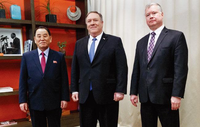 제2차 북·미 정상회담을 위해 미국 워싱턴을 방문한 김영철 북한 통일전선부장(왼쪽)이 1월 18일 마이크 폼페이오 미 국무장관(가운데), 스티븐 비건 미 국무부 대북정책 특별대표를 만나고 있다. [AP=뉴시스]