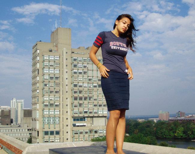 보스턴대 티셔츠를 입고 학교 옥상에서 친구들과 함께 찍은 댄스 동영상 속 알렉산드리아 오카시오-코르테스. [미국 보스턴대 홈페이지]
