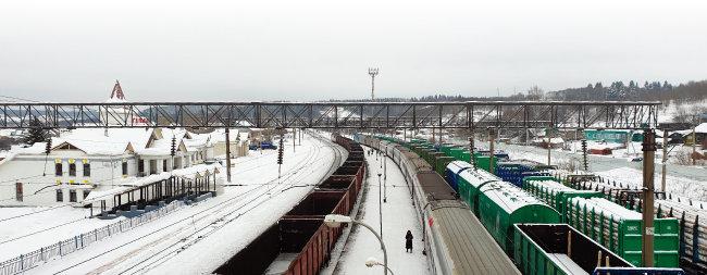 2월 8일 오전 9시 45분부터 40분간 정차한 갈리히역. 시베리아횡단열차 좌우로 석탄과 나무를 실어 나르는 화물열차가 서 있다. 시베리아에서는 사람이 탑승하는 객차보다 석탄과 석유, 나무 등 자원을 실어 나르는 화물열차가 훨씬 더 많이 철로를 달렸다.