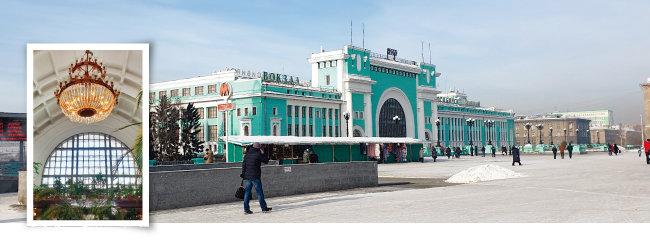 노보시비르스크역과 역사 안에 설치된 멋진 샹들리에.