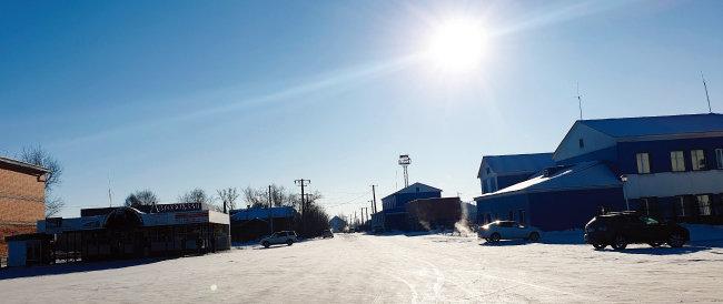 찌마역 앞 도로. 눈 덮인 텅 빈 도로를 비추는 햇살마저 차갑게 느껴진다.