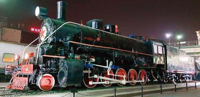 블라디보스토크역에 전시돼 있는  시베리아횡단열차.