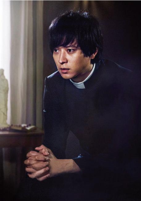 영화 '검은 사제들'에서최부제 역을 맡은 강동원. 사제복도 그가 입으면 패션이 된다는 걸 보여줬다. [사진 제공 · 영화사 집]