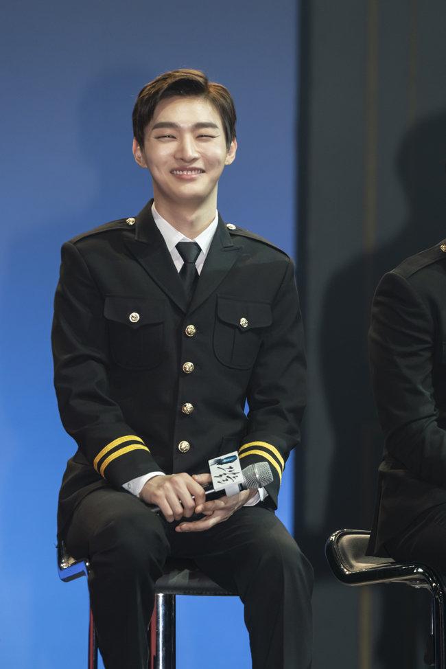 2월 26일  뮤지컬 '그날들'의 프레스콜에서 대통령 경호원 복장을 걸치고 웃고 있는 윤지성.