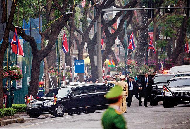 2월 28일 북·미 확대정상회담 이후 김정은 북한 국무위원장이 탄 차량이 숙소인 베트남 하노이 멜리아 호텔로 향하고 있다. [뉴시스]
