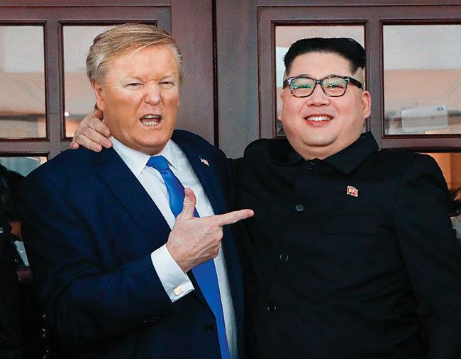 북·미 정상회담 당시 화제가 됐던 트럼프 분장을 한 남성(왼쪽)과 김정은 분장을 한 남성. [뉴시스]