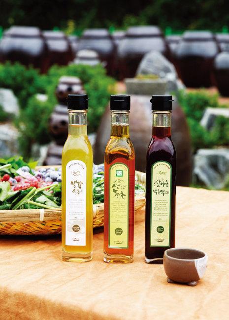 최근 들어 간편하게 마실 수 있는 각종 천연발효식초가 건강식품으로 각광받고 있다. [김도균]