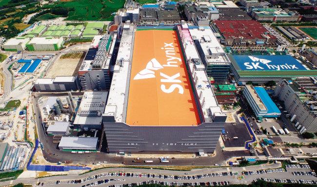 SK하이닉스는 인재를 유치하기 쉽고 전력·용수·도로 등 인프라 구축이 용이하다는 이유로 경기 용인시를 반도체 클러스터 대지로 택했다. 사진은 경기 이천시 SK하이닉스 반도체 공장.