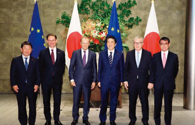 아베 신조 일본 총리(오른쪽에서 세 번째)와 유럽연합(EU) 대표들이 일본-EU 경제동반자협정(JEEPA)에 서명한 후 기념촬영을 하고 있다. [일본 정부]