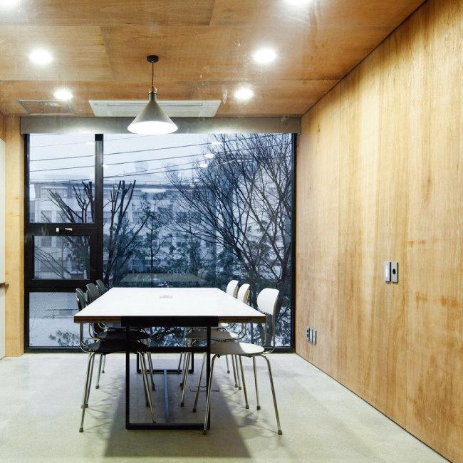 카우앤독의 6인 회의실. 한쪽 벽면은 환한 유리창으로 구성하고 나머지 5면은 나무로 마감해 안온한 느낌을 부여했다. [사진 제공 · 진효숙]