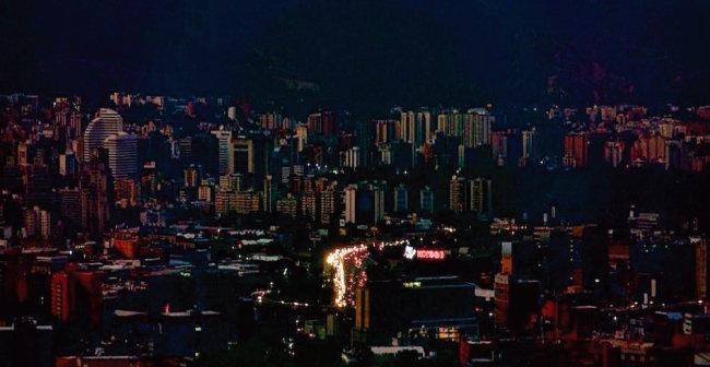 베네수엘라 수도 카라카스가 대정전으로 암흑천지가 된 모습.