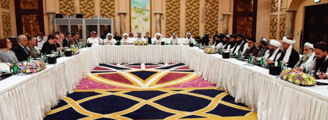 2월 25일 카타르 도하에서 열린 아프가니스탄 전쟁 종식을 위한 평화협상. 가운데 흰옷 차림은 중재를 맡은 카타르 측 인사들이고, 왼쪽이 미국 대표단, 오른쪽이 탈레반 대표단이다. [카타르 외교부]