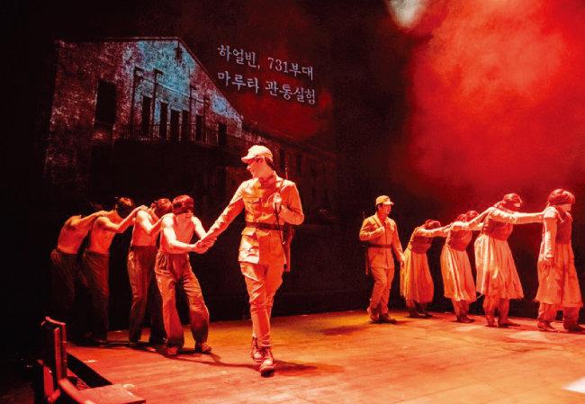 일본군에 끌려가는 조선 청년들을 형상화한 장면. [수키컴퍼니]