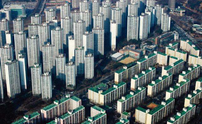 정부가 고가 공동주택 공시가격을 현실화하면서 다주택자의 보유세 부담이 늘었다. 사진은 3월 7일 서울 송파구에서 바라본 강남 아파트 단지 모습. [뉴시스]