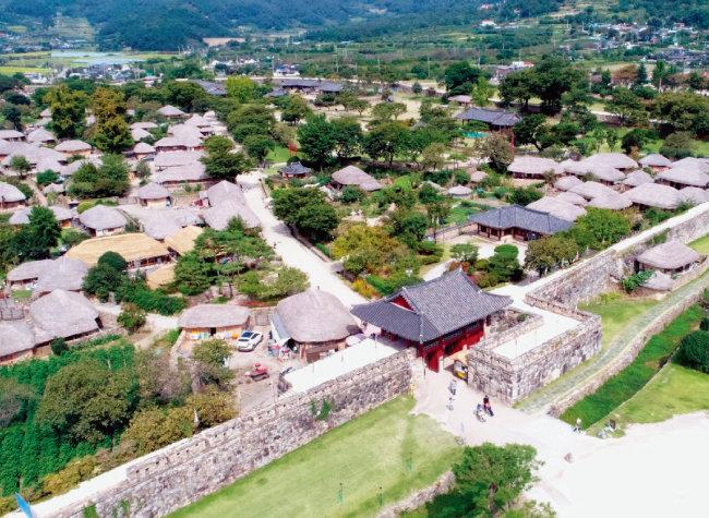 낙안읍성은 조상의 삶이 고스란히 담긴 곳으로, 대한민국에서 유일하게 사람이 살고 있는 민속촌이다. [동아DB]