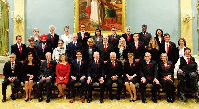 쥐스탱 트뤼도 캐나다 총리(앞줄 왼쪽에서 다섯 번째)와 남녀 동수의 초대 내각 각료들. [캐나다 총리실]