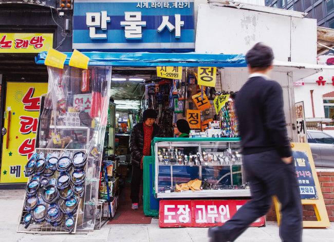 1981년 10월 서울 종로구 서린동 127번지에 들어선 '만물사'가 건물 재건축으로 38년 5개월 만인 2019년 3월 31일 문을 닫는다. [김도균]