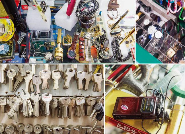 만물사에 진열돼 있는 다양한 물건들. 펜과 플래시, 자물쇠, 팔찌 등 다양한 종류의 물건과 각양각색의 시계가 진열돼 있다. 아날로그 감성을 불러일으키는 휴대용 라디오와 복사를 기다리는 열쇠들(왼쪽 위부터 시계 방향으로). [김도균]