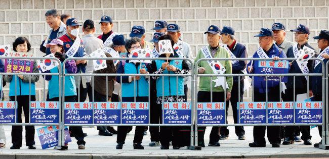 지난해 4·27 판문점 정상회담을 위해 서울을 떠나는 문재인 대통령 일행을 환송했던 향군 회원들. [뉴시스]