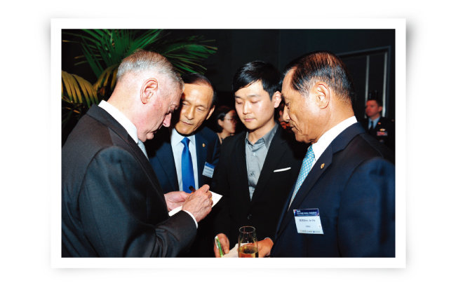2017년 방한한 제임스 매티스 미 국방장관(왼쪽)과 대화하는 김진호 향군회장. [사진 제공 ·향군]