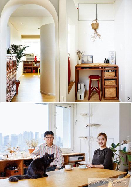 1 침실과 드레스룸으로 들어서는 문은 아치형으로 설치해 이국적인 느낌을 더했다. 오른쪽에 보이는 곡선미 넘치는 공간이 마루다.  2 마루와 화장실 사이의 작은 공간에는 책상과 의자를 놓아 파우더룸으로 꾸몄다. 집의 공간을 최대한 활용한 아이디어가 돋보인다.  3 건축학과 캠퍼스 커플로 만난 김지은 씨(오른쪽), 백병석 씨(왼쪽)와 이 집의 귀염둥이 고양이 먼지. 부부는 구도심에 자리한 낡은 아파트에 자신들만의 아이디어를 더해 근사하게 변신시켰다.