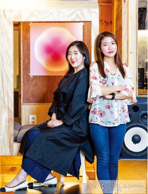 함께 살며 가족 같은 사이가 된 김주하 씨(왼쪽)와 김정화 씨(오른쪽).
