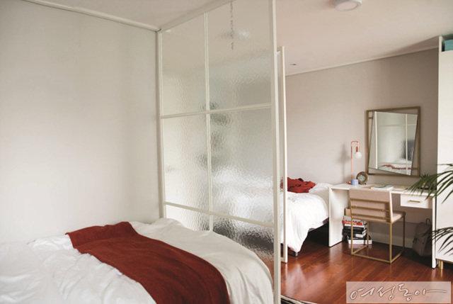 2명이 함께 사용하는 침실은 유리 파티션으로 공간을 나눠 사생활이 보장되도록 신경 썼다.