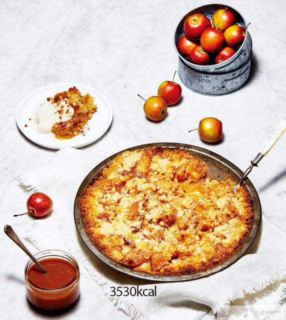 고소한 크럼블과 달콤하게 익은 사과가 어우러져 달달함에 아쉬움이 없다. 아이스크림이나 크림을 곁들여 먹어도 맛있다.