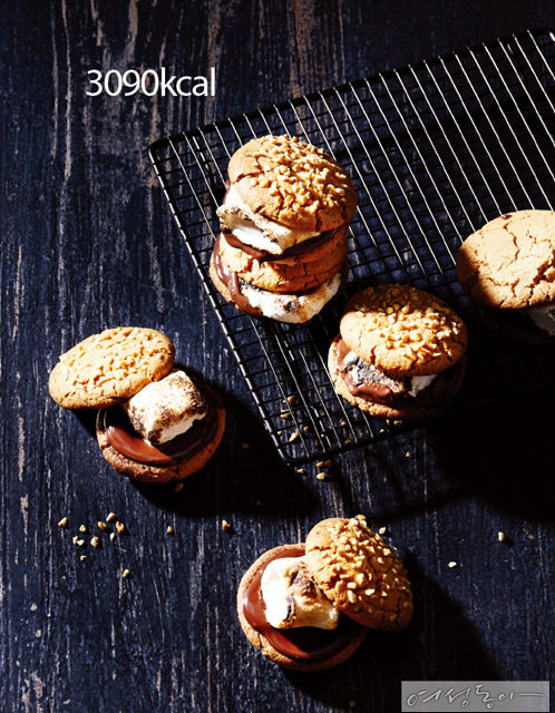 반죽에 피넛버터를 넣어 더욱 달달하게 만들었으며, 초콜릿과 마시멜로가 들어가 달콤함이 넘쳐난다.