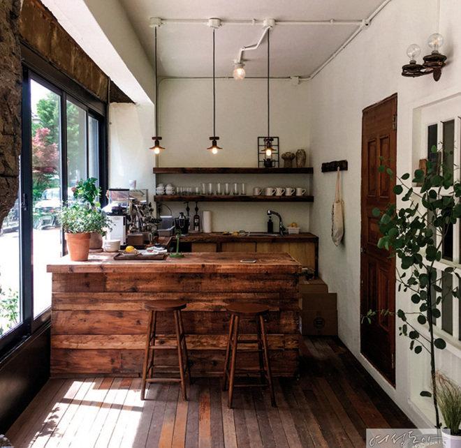 나무를 좋아하는 집주인의 취향대로 원목 바를 만들고 작은 펜던트 조명을 달아 내추럴하게 꾸민 카페. 원목을 톤 다운시켜 아늑한 느낌이 난다.