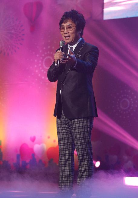 제18회 새생명 사랑의 콘서트 피날레를 장식한 가수 이용. 박해윤 기자