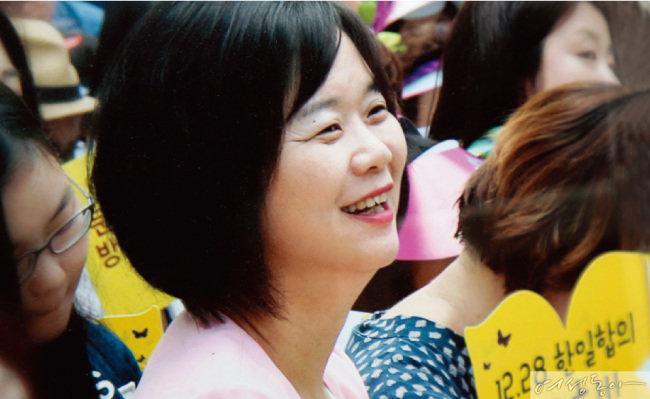 지난해 12월 28일 시민들과 함께 한일 일본군 '위안부 합의'의 무효화를 촉구하고 있는 이정미 대표.