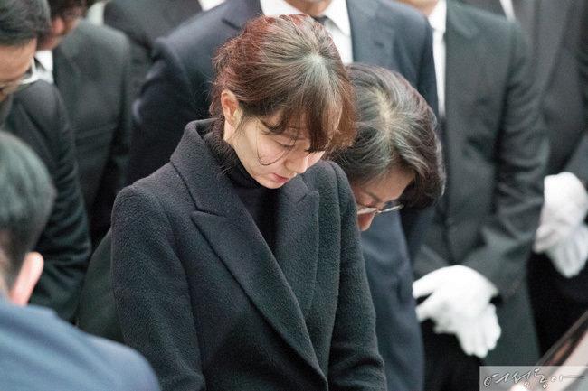 김주혁의 발인식에 참석한 배우 이유영. 그녀는 영화 '당신 자신과 당신의 것'에서 고인과 호흡을 맞추며 연인 사이로 발전했다.