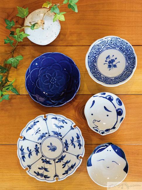 일본에서 수입한 제품으로, 파란 꽃 모양 접시부터 시계 방향으로 1만4천8백 원, 1만6천8백 원, 1만4천3백 원, 1만4천3백 원, 2만3천8백 원. 모두 하울스홈.