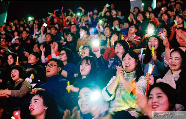 '새생명 사랑의 콘서트'를 함께하는 관객들도 행복한 감동으로 열기를 더했다.